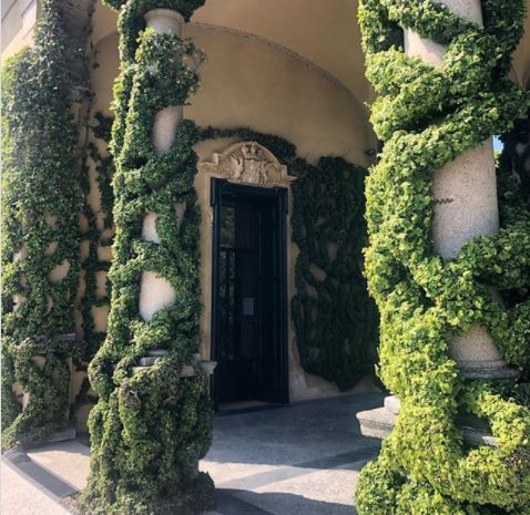 the entrance of Villa del Balbianello which looks like it's covered in vines