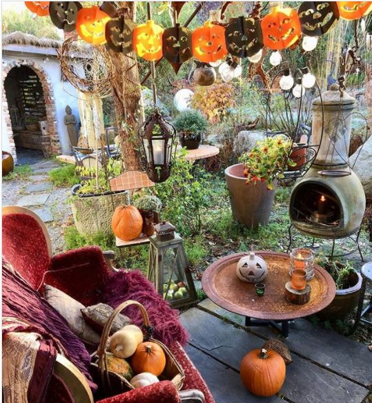 halloween garden ideas with lots of pumpkins and paper chains cut into the shape of pumpkins
