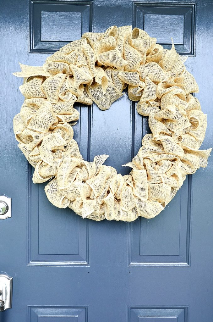 christmas garden ideas using a simple wreath made from scrunched burlap in a shimmery gold colour
