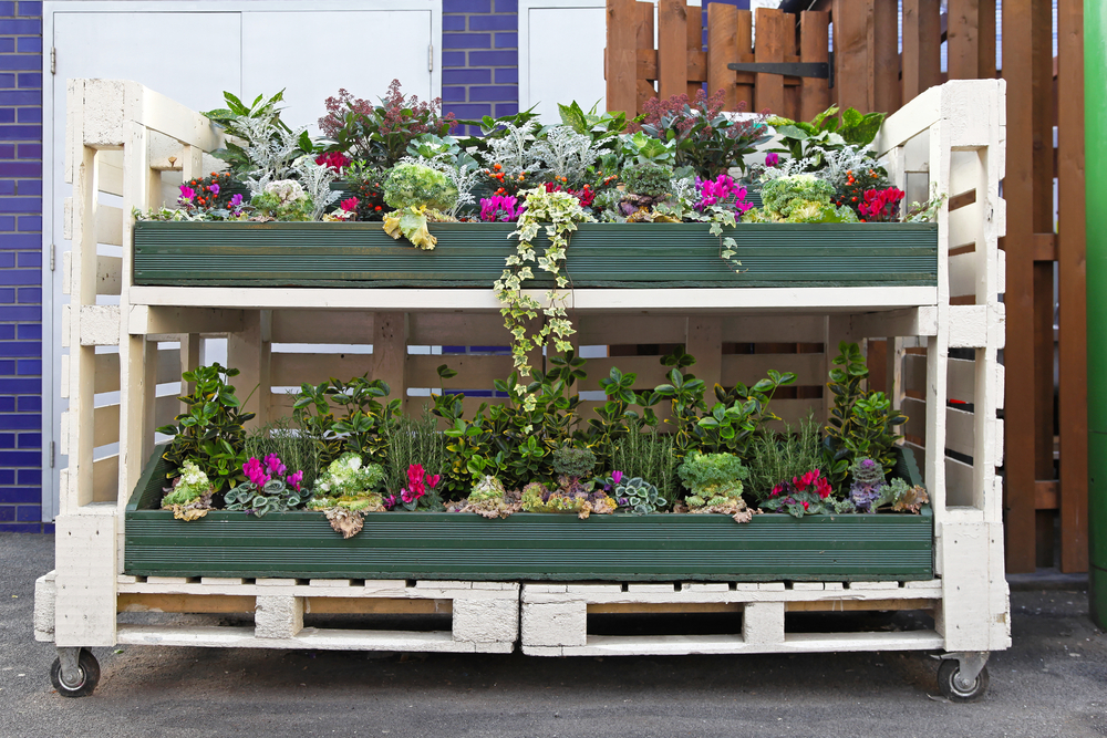 DIY garden pallet projects for making a garden caddy for carrying plants and tools